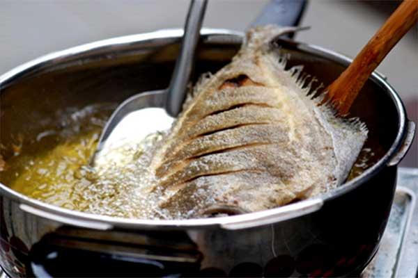 Mẹo chiên cá không dính chảo